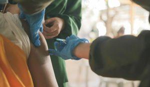 Palpak na pagbabakuna ng isang healthcare worker, na-videohan