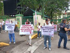 Mga healthcare worker, nag-rally sa harap ng DOH sa Maynila; reklamo ay mababang sahod, benepisyong di pa naibibigay